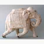 Ele. Dynamischer Elefant mit Knochenintarsie